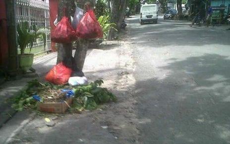 Menggantung Kantong Plastik Sampah